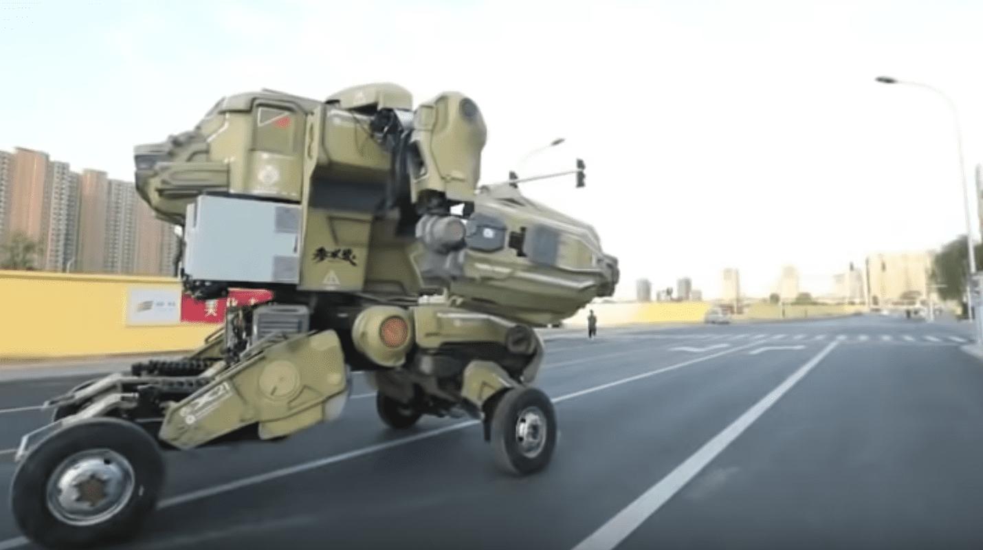 (Video) Un enorme robot Transformers fue detenido por la Policía de Pekín