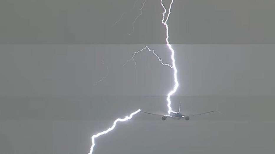Rayo descarga su energía eléctrica sobre un avión con pasajeros
