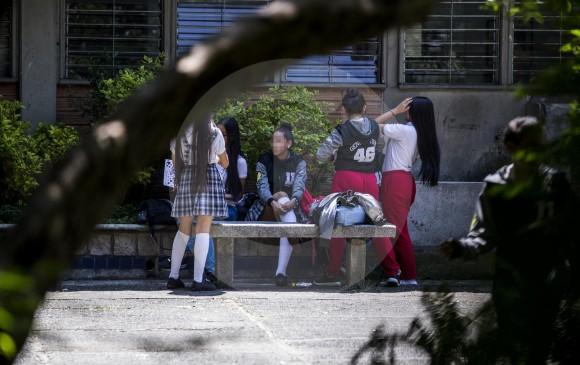 """""""El chico salía de casa con yin y en la esquina se ponía la falda"""": Rector del Inem en Colombia a favor del uniforme escolar según la identidad del estudiante"""