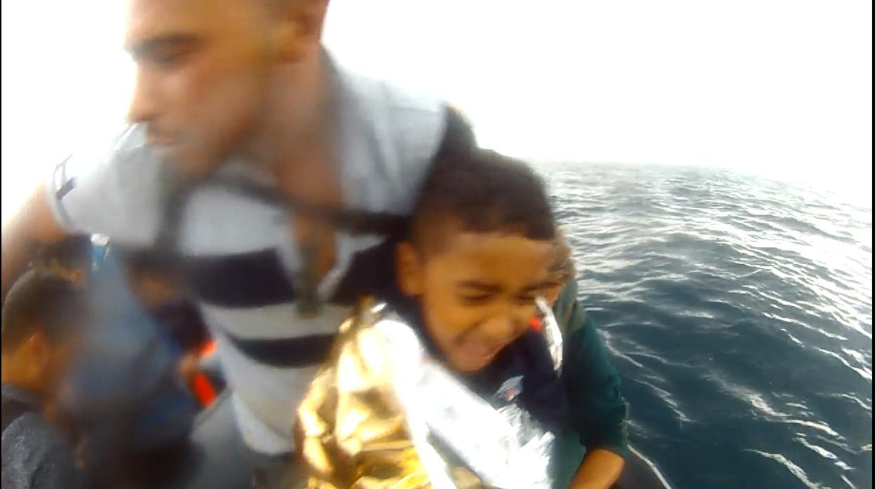 (Video) El rescate de un niño migrante en aguas de la Bahía de Cádiz