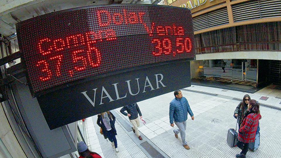 """Banco Central de Argentina sigue """"quemando"""" reservas para frenar la corrida"""