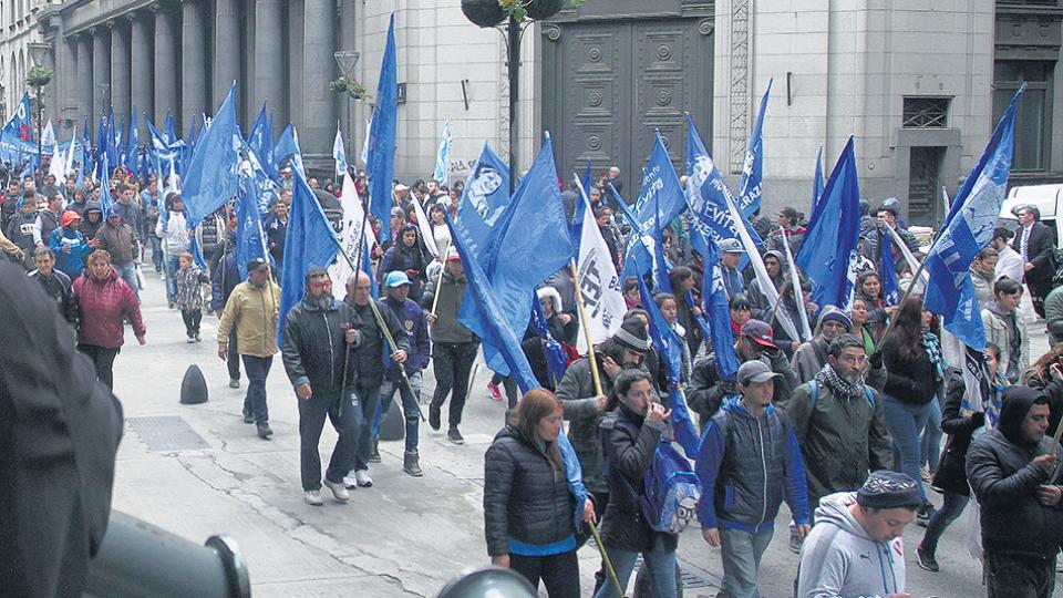 Organizaciones sociales y maestras argentinas protestan por recortes en programas sociales