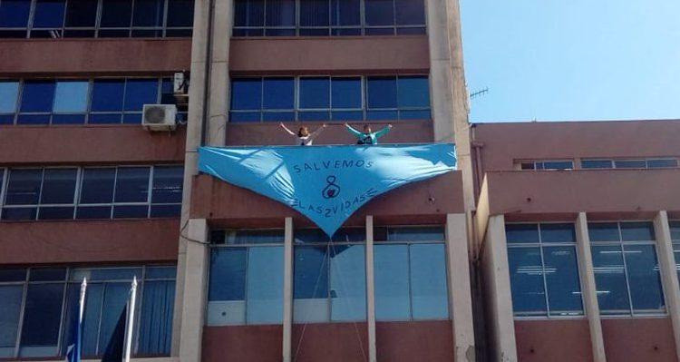 """Organizaciones feministas rechazan pañoleta """"salvemos las dos vidas"""" instalada en el frontis de la Intendencia de Valparaíso"""