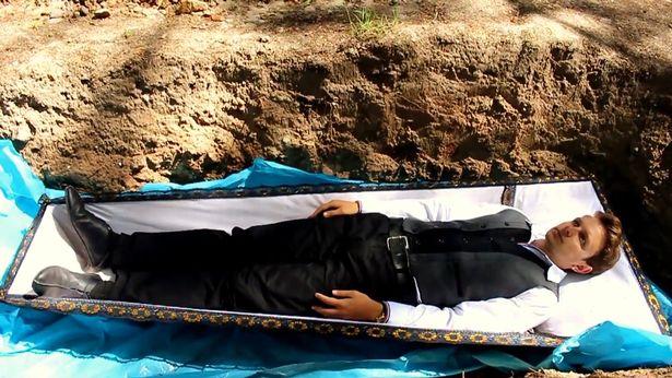 (Video+Fotos) Un terapeuta entierra a sus pacientes vivos para curar problemas psicológicos