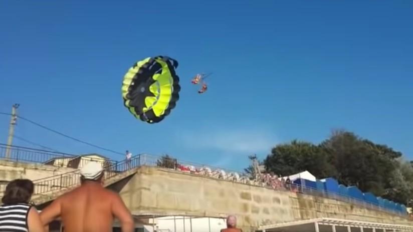 (Video) Un ventarrón lanzó a una pareja en paracaídas contra un tendido eléctrico
