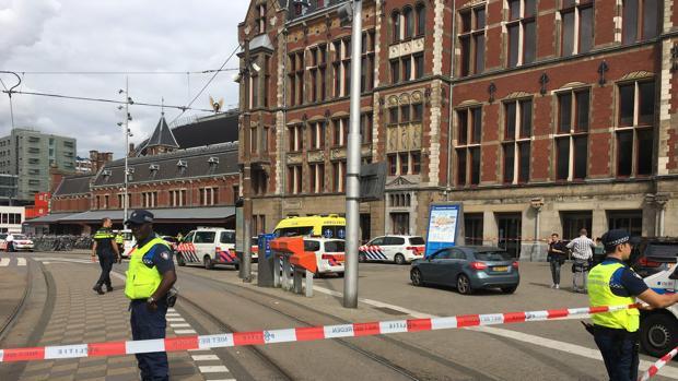 Hombres acuchillados en Ámsterdam son de origen estadounidense y podrían ser víctimas de un atentado