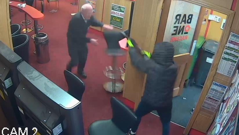 (Video) ¡Increíble! Un anciano espantó a tres ladrones que intentaron robarlo