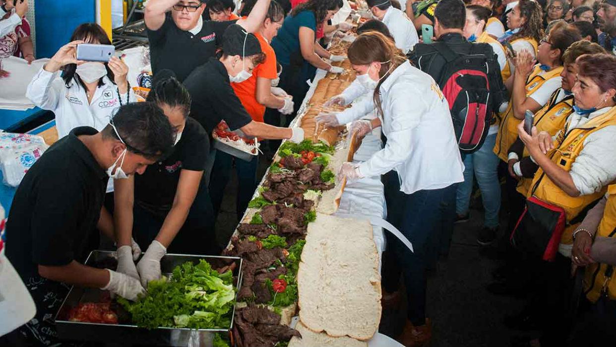 ¡Récord Guinness! Preparan el sándwich más grande del mundo en México