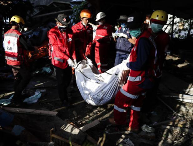 Centenares de muertos serán enterrados en fosa común en Indonesia
