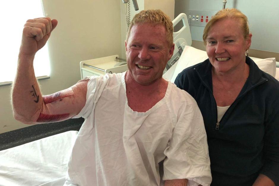 (Foto) Tiburón ataca a un surfista en un brazo y este se salva al golpearlo en la nariz