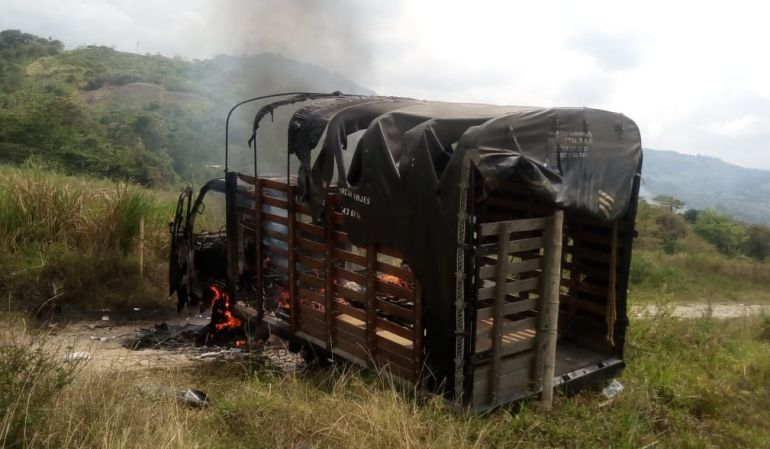 (Video) Indígenas colombianos quemaron un camión que movilizaba al ESMAD