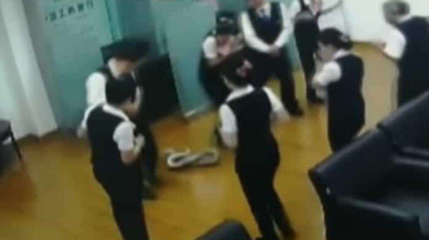 (Video) Una pitón cae del techo durante una reunión en un banco chino