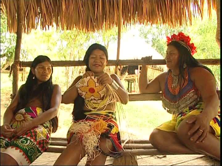 Mujeres emberá trabajan en la creación de un banco indígena en Panamá