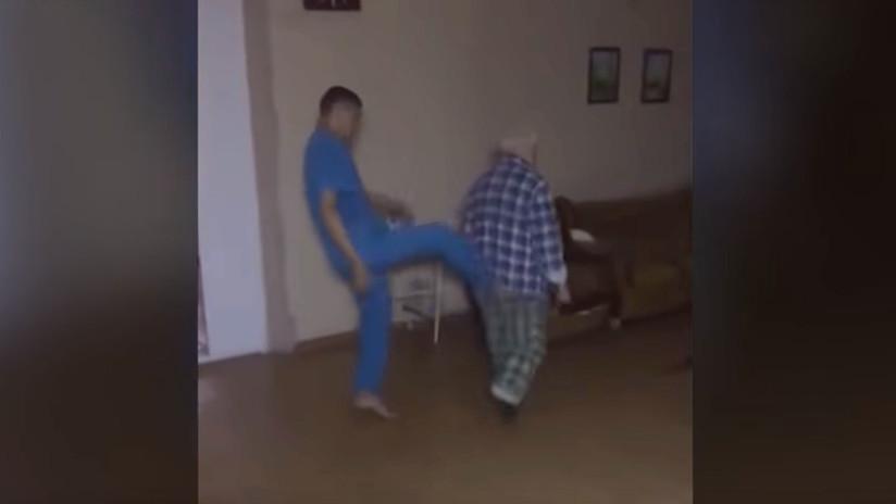 (Video) ¡Indignante! Enfermeros golpean a un paciente psiquiátrico en Rusia