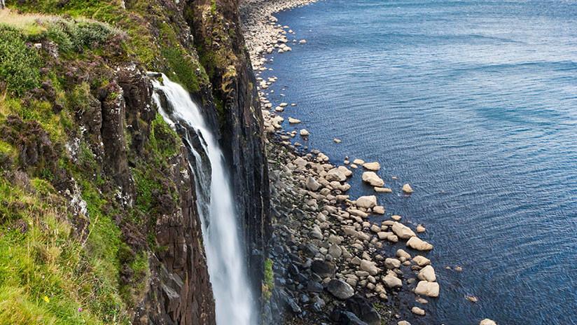 (Video) ¡Impresionante! Una cascada de Reino Unido fluye hacia arriba