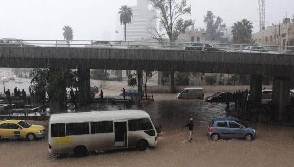 (Vídeo) Un autobús escolar fue arrastrado hasta el Mar Muerto y dejó 21 fallecidos