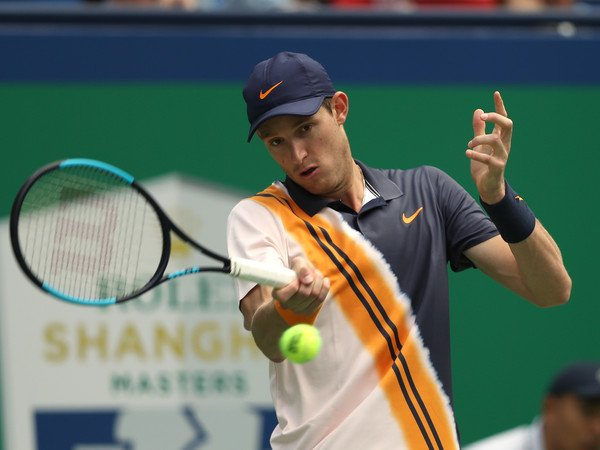 Chileno Nicolás Jarry saca del Master de Shanghái al número seis de la ATP
