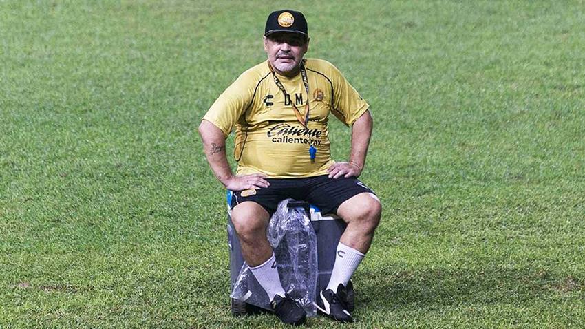 Médico de Maradona: Diego sabe que necesita prótesis en sus rodillas