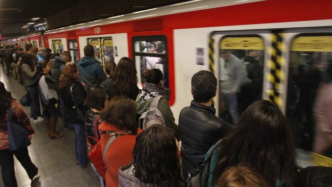 Metro de Santiago se compromete a mejorar la seguridad para mujeres pero descarta vagones separados