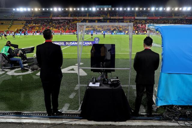VAR se estrena en el fútbol de Colombia y genera polémica