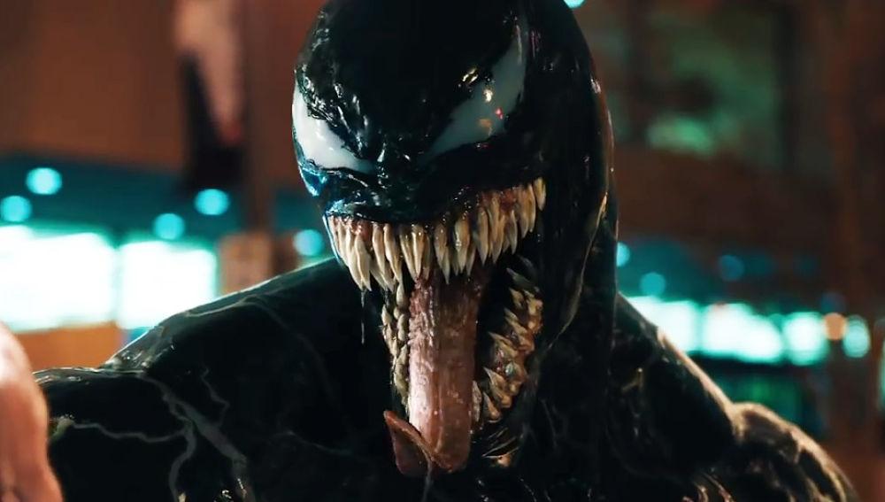 """(Fotos) Un perro le roba el show a Tom Hardy en el estreno de """"Venom"""""""