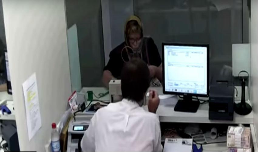 (Video) Mujer suplanta identidad de una abuela para robarle dinero del banco en Argentina