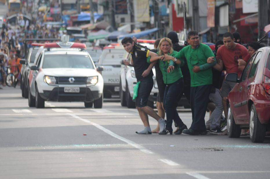(Video) Asaltantes usaron a 25 rehenes como escudo humano para huir de la policía