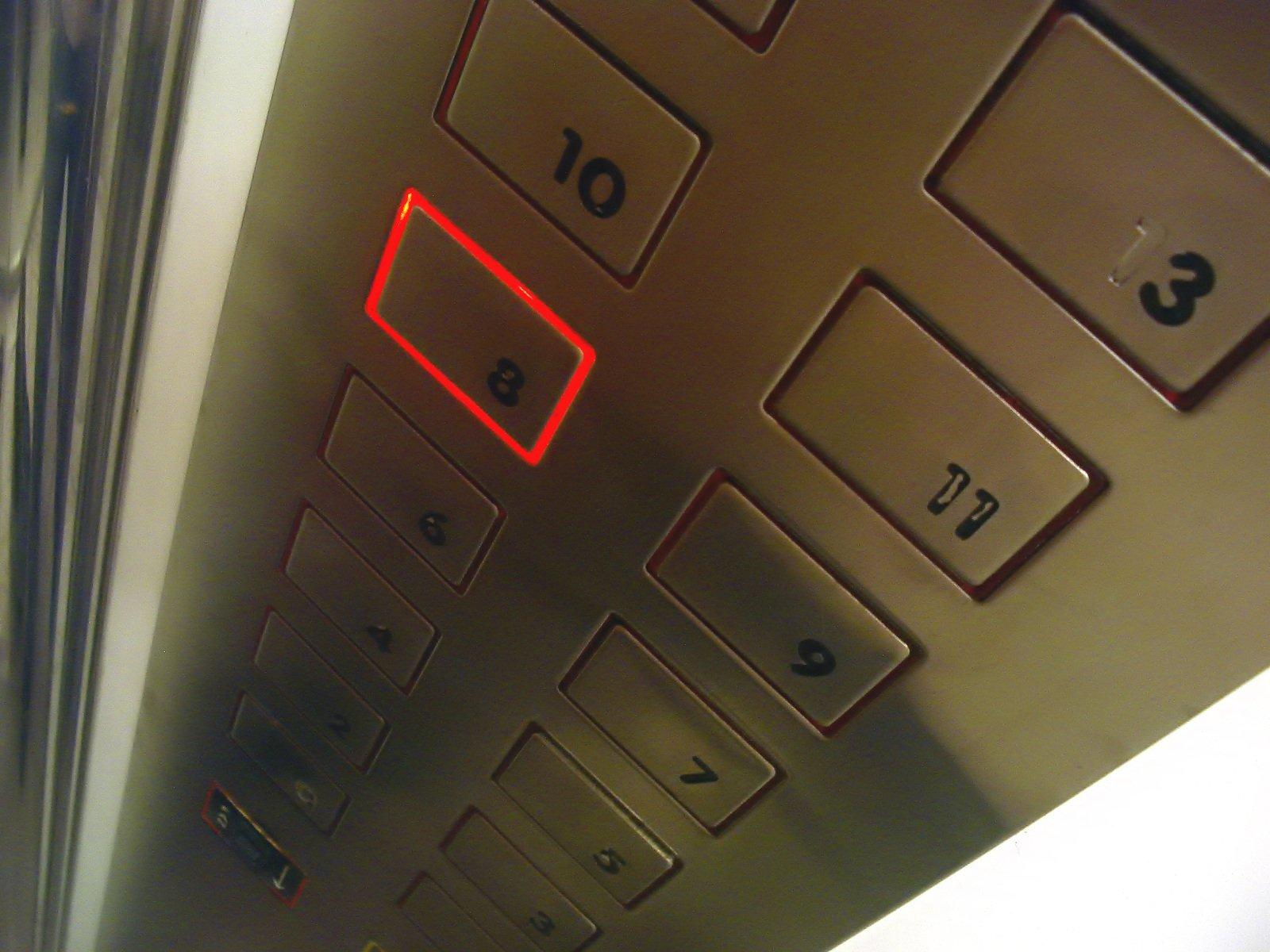 Asombroso: Un italiano desempleado duerme en un ascensor en Florencia