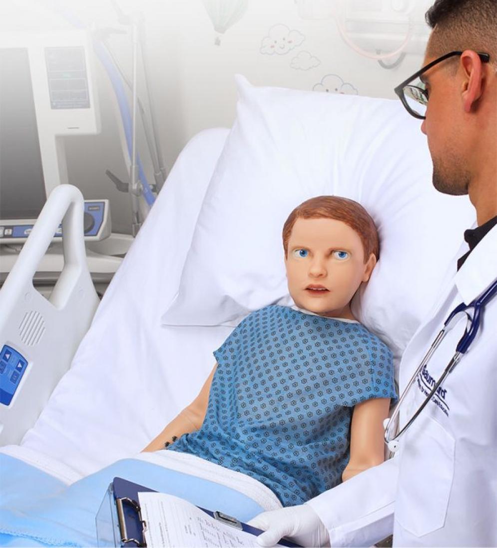 Crean niño-robot que simula comportamiento de paciente pediátrico