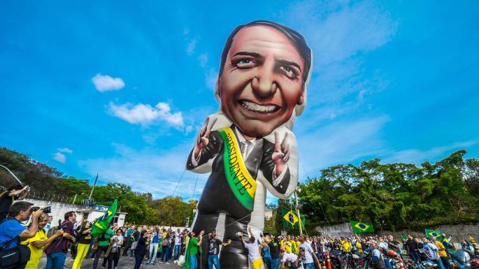 Por las calles de Brasil apareció el espectro de Hitler con la cara de Bolsonaro