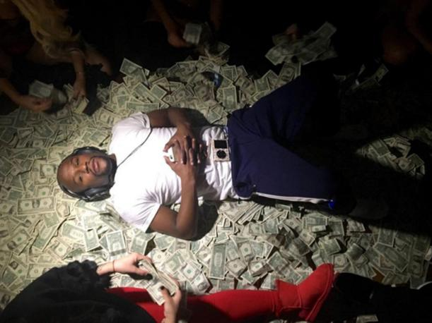 (Video) Floyd Mayweather alardea en redes sociales al regalar $ 1.000 a un mendigo