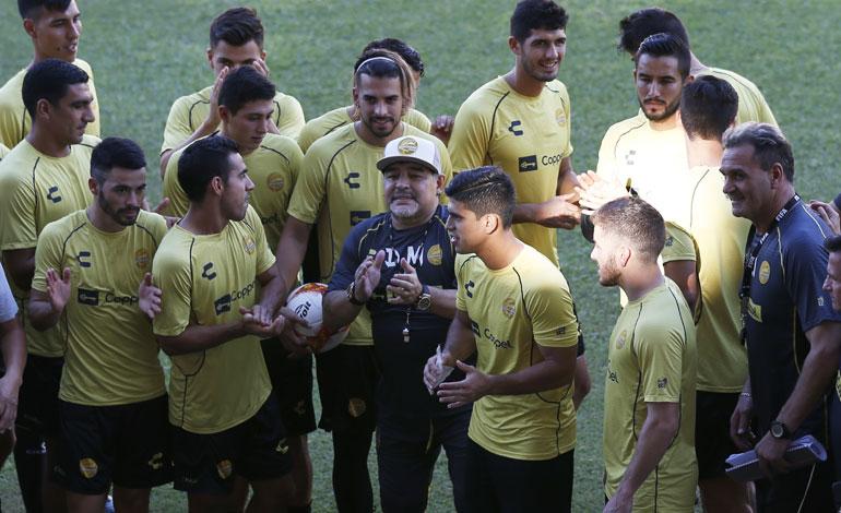 Maradona motiva a los jugadores de Dorados con lujosos regalos