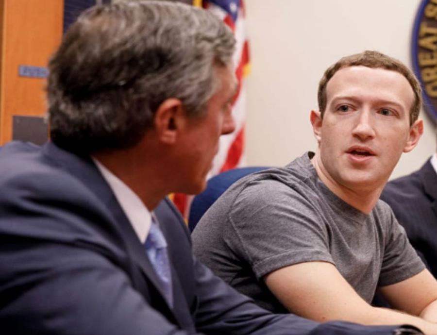 Inversionistas de Facebook plantean despedir a Mark Zuckerberg
