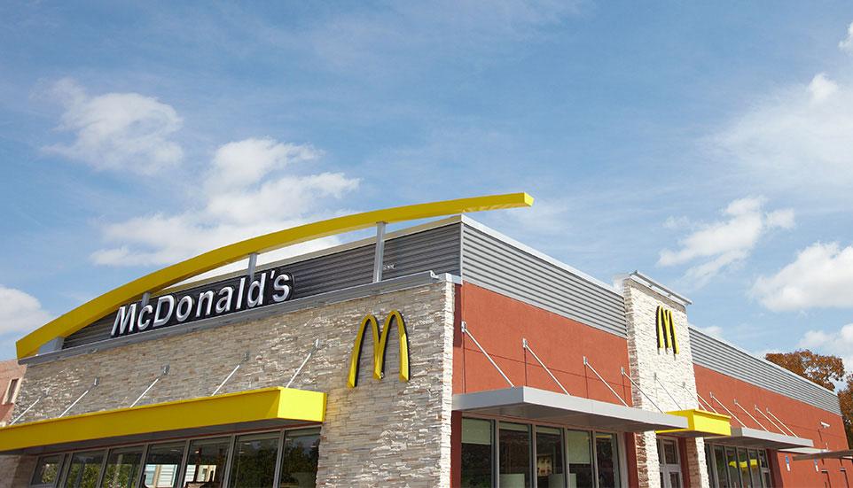 ¡Increíble! McDonalds niega bebidas a bomberos que apagaban un incendio