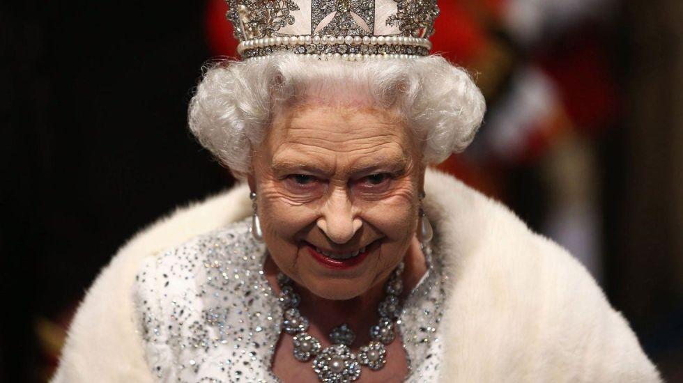 Revelación: la reina Isabel II de Reino Unido tiene una mano falsa
