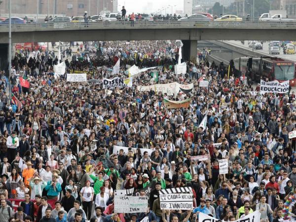 Universitarios colombianos se movilizan en defensa de la educación pública