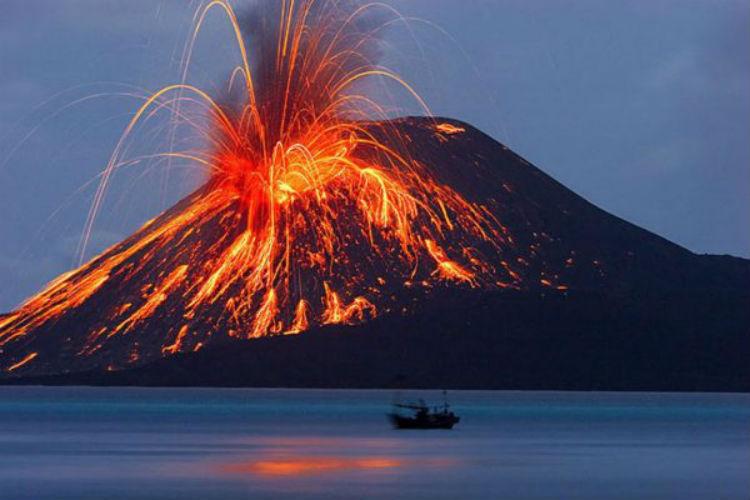 (Video) Erupción del volcán indonesio Krakatoa produce sus propios relámpagos