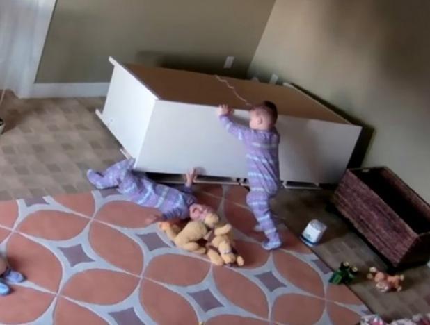 (Vídeo) Gemelo saca heroicamente a su hermano atrapado debajo de una cómoda