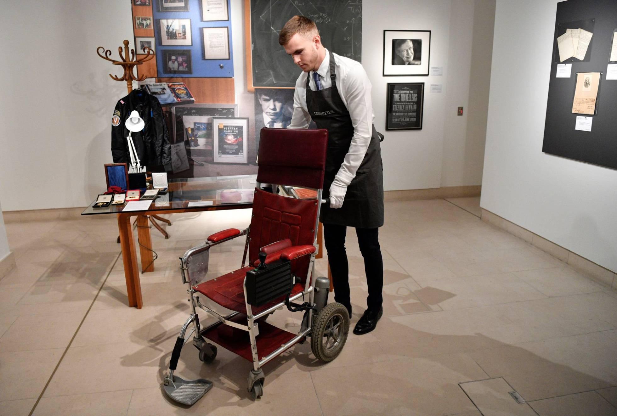 Fue subastada la silla de ruedas y la tesis doctoral de Stephen Hawking