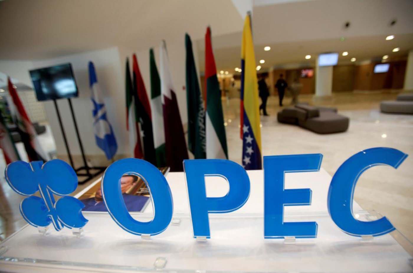 Elevada oferta de petróleo y derrumbe de precios preocupan a la Opep