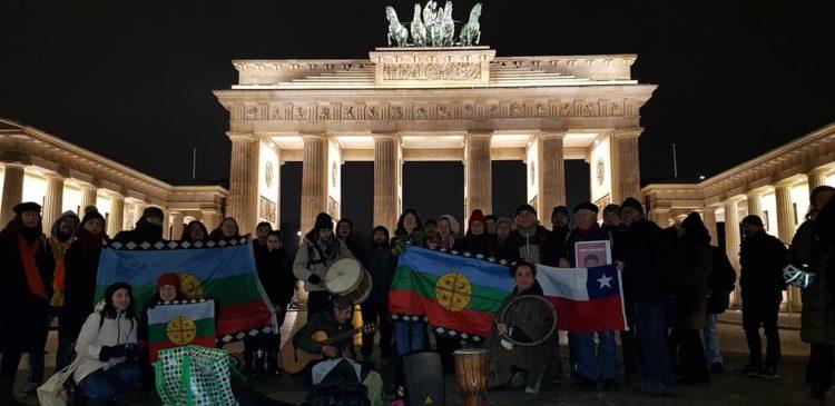 Homenaje a Camilo Catrillanca en la puerta de Brandenburgo