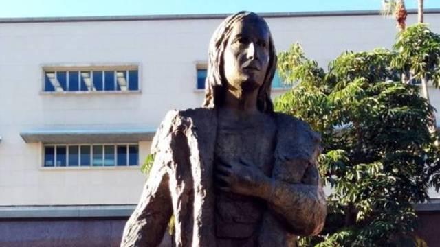 Los Ángeles derriba su estatua de Colón como un desagravio a los indígenas