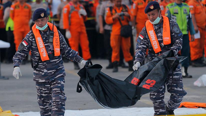 Hallan cadáveres del vuelo Lion Air en el fondo del mar que estaban abrochados a sus asientos