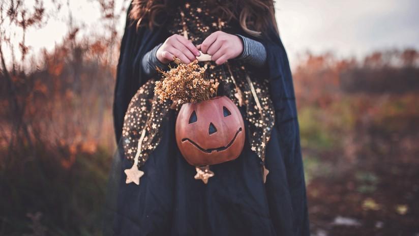 (Fotos) Disfraces, alcohol y ahorcamientos: Escándalo por una fiesta de Halloween en una iglesia