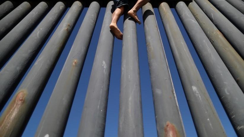 Mujer migrante presentó perforaciones graves en su cuerpo por escalar la muralla de hierro que divide Estados Unidos de México