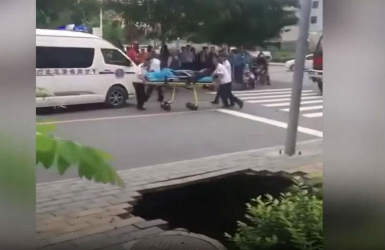 (Video) Un hueco se 'traga' a una mujer en China