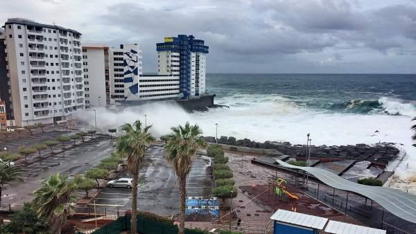 (Vídeos) Pese a que la ola golpeó fuerte a los edificios en Tenerife no hubo daños que lamentar
