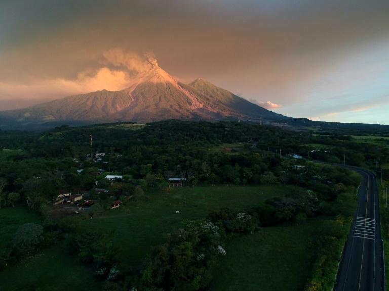 Volcán de Fuego aumenta su fase eruptiva tras una fuerte explosión