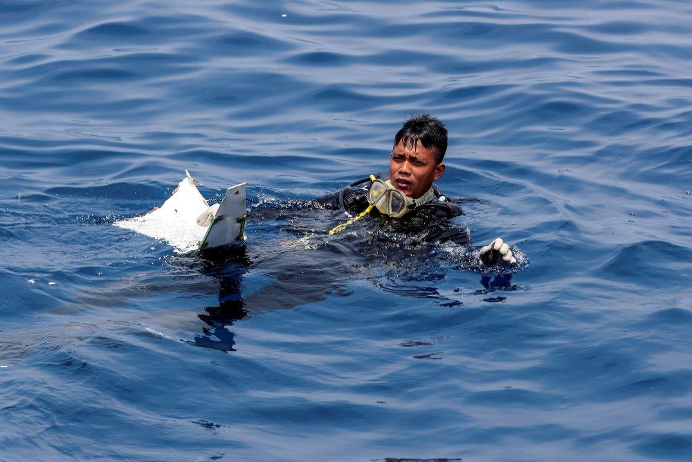 Muere buzo que buscaba restos del avión siniestrado de Lion Air en Indonesia