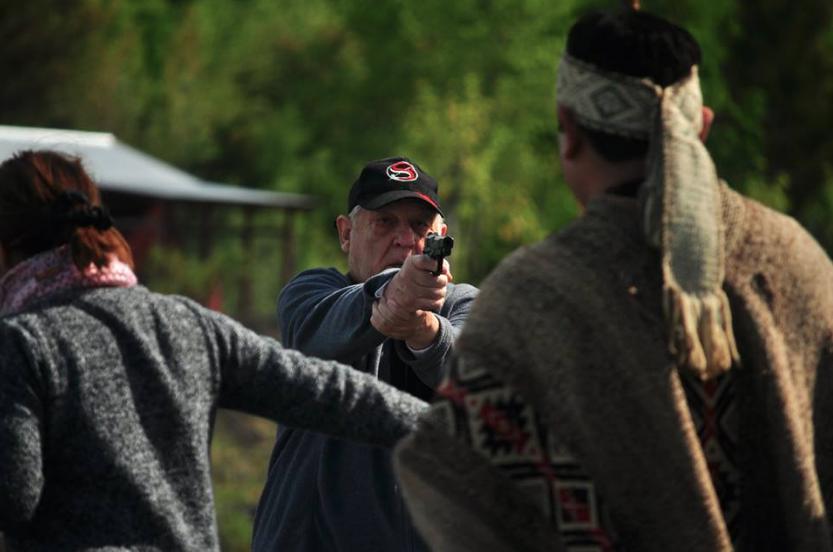 (Video) Empresario irrumpe en ceremonia mapuche y amenaza a familias con una pistola